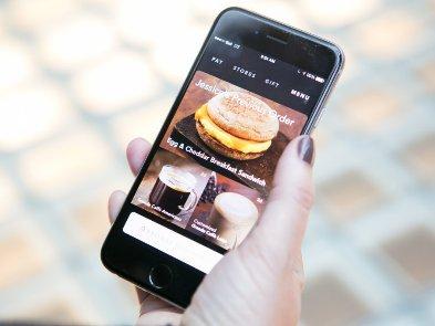 Starbucks обеспечивает персональную связь с клиентом с помощью технологии обучения Microsoft