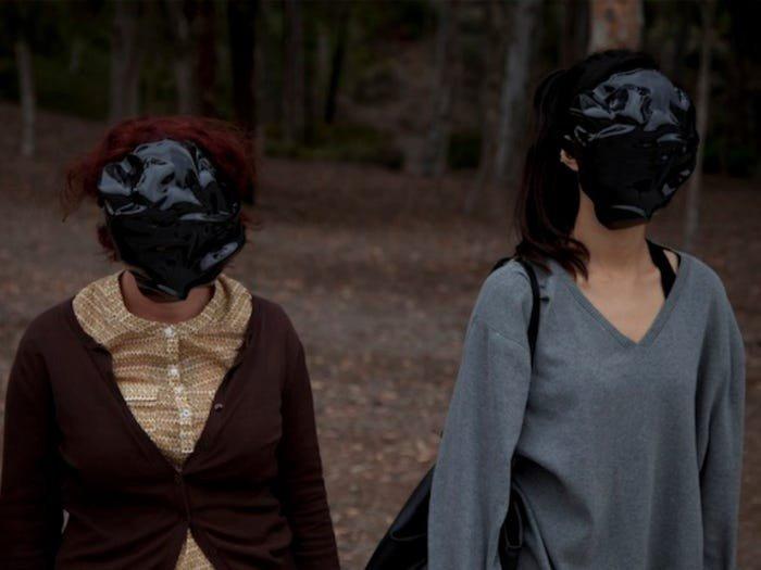 Художник Зак Блас зробив маску, зібрану з облич різних людей і тому має невизначену форму.