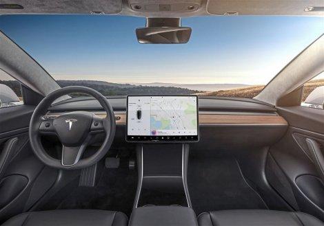 Автопилот Tesla выходит на новый уровень. Началось тестирование проактивной функции реагирования на сигналы светофоров и дорожные знаки