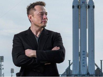 Илон Маск сказал, что сможет доставить астронавтов на Луну раньше 2024 года