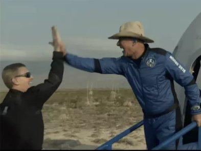 Blue Origin успешно совершила полёт в космос с Джеффом Безосом на борту