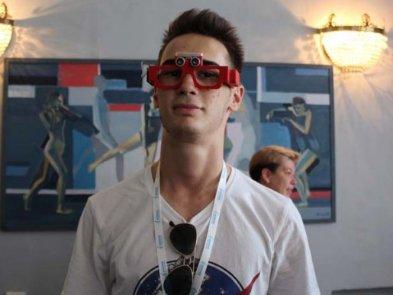 Школьник-волонтер из Днепра изобрел чудо-очки для слабовидящих