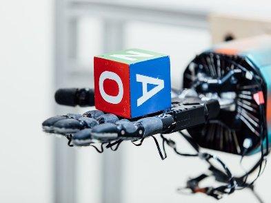 """OpenAI обновила """"опасную"""" нейросеть, которая пишет тексты"""