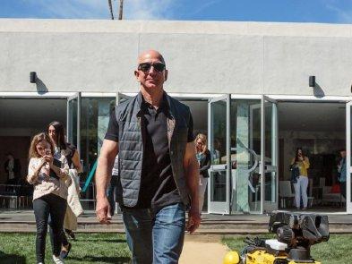 Главу Amazon  Джеффа Безоса пугают гильотиной из-за зарплат сотрудников